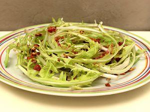 Recette Salade de Pissenlit aux Lardons et Petits Dés d'Ail Grillés
