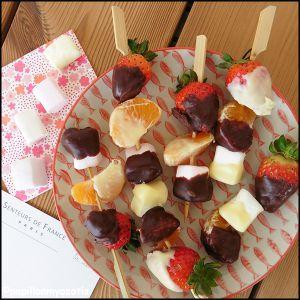 Recette Brochettes de fruits & guimauves au chocolat [#gourmandise #chocolat #dessert]